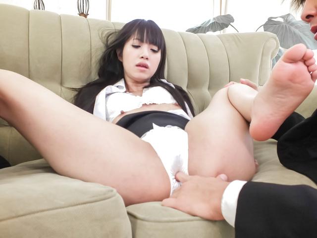 Японская девушка близка к идеальному наслаждению